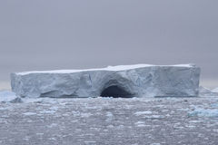 Μεγάλο να δειπνήσει παγόβουνο μια συννεφιάζω ημέρα στην ακτή του Anta Στοκ Εικόνες