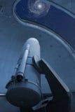 Μεγάλο οπτικό τηλεσκόπιο που δείχνει στο γαλαξία δινών στοκ εικόνες