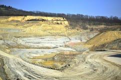 Μεγάλο ορυχείο με το κιτρινωπό χώμα Στοκ εικόνες με δικαίωμα ελεύθερης χρήσης