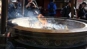 Μεγάλο δοχείο θυμιάματος στο ναό Senso-senso-ji φιλμ μικρού μήκους