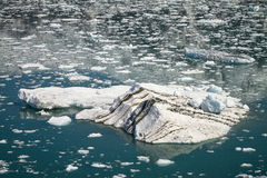 Μεγάλο παγόβουνο που επιπλέει στο στενό παγετώνα Hubbard στην Αλάσκα Στοκ φωτογραφίες με δικαίωμα ελεύθερης χρήσης