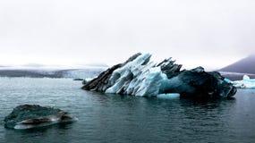 Μεγάλο παγόβουνο στην παγετώδη λιμνοθάλασσα Jokulsarlon, Ισλανδία Στοκ Εικόνα