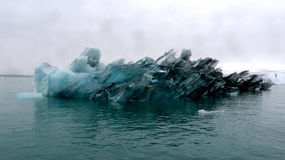 Μεγάλο παγόβουνο στην παγετώδη λιμνοθάλασσα Jokulsarlon, Ισλανδία Στοκ Φωτογραφία
