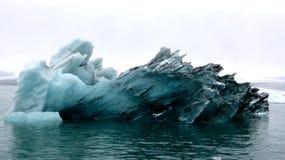 Μεγάλο παγόβουνο στην παγετώδη λιμνοθάλασσα Jokulsarlon, Ισλανδία Στοκ φωτογραφίες με δικαίωμα ελεύθερης χρήσης