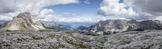 Μεγάλο πανοραμικό τοπίο βουνών το καλοκαίρι που λαμβάνεται στο υψηλό απόσπασμα Στοκ Φωτογραφίες