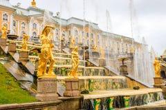 Μεγάλο παλάτι και οι μεγάλες πηγές καταρρακτών σε Petergof Στοκ Εικόνες