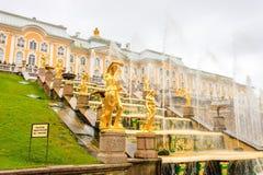 Μεγάλο παλάτι και οι μεγάλες πηγές καταρρακτών σε Petergof Στοκ φωτογραφίες με δικαίωμα ελεύθερης χρήσης