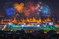 Μεγάλο παλάτι στο λυκόφως στη Μπανγκόκ κατά μήκος της ημέρας του ταϊλανδικού πατέρα μας Στοκ φωτογραφία με δικαίωμα ελεύθερης χρήσης