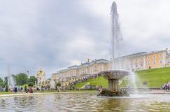 Μεγάλο παλάτι Peterhof και ο μεγάλος καταρράκτης, Άγιος Πετρούπολη, Ρ Στοκ εικόνα με δικαίωμα ελεύθερης χρήσης