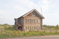 Μεγάλο παλαιό ξύλινο σπίτι Στοκ εικόνες με δικαίωμα ελεύθερης χρήσης