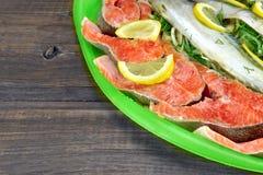 Μεγάλο πιάτο με τη φρέσκια γεμισμένη μπριζόλα ψαριών και σολομών Στοκ εικόνες με δικαίωμα ελεύθερης χρήσης