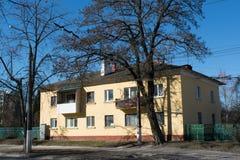 Μεγάλο πολλαπλάσιο επίπεδο σπίτι διαμερισμάτων στην οδό Στοκ Φωτογραφίες