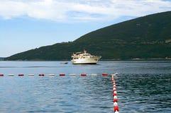 μεγάλο πλέοντας σκάφος Σκάφος τουριστών στο Μαυροβούνιο Στοκ Φωτογραφίες