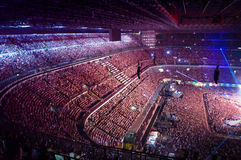 Μεγάλο πλήθος των ανθρώπων που προσέχουν τη συναυλία στοκ εικόνες με δικαίωμα ελεύθερης χρήσης
