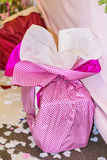 Μεγάλο ροζ παρόν με το ρόδινο τόξο στοκ εικόνες