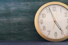 Μεγάλο ρολόι με το υπόβαθρο πινάκων κιμωλίας στοκ εικόνες