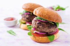 Μεγάλο σάντουιτς - burger χάμπουργκερ με το βόειο κρέας Στοκ Φωτογραφίες