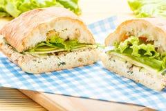 Μεγάλο σάντουιτς ciabatta με τον τόνο, πράσινος, το μήλο και το αγγούρι Στοκ εικόνα με δικαίωμα ελεύθερης χρήσης