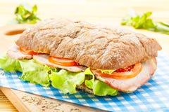 Μεγάλο σάντουιτς Ciabatta με το μπέϊκον, μαρούλι, ντομάτα, τυρί Στοκ φωτογραφία με δικαίωμα ελεύθερης χρήσης