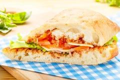 Μεγάλο σάντουιτς Ciabatta με το μπέϊκον, μαρούλι, ντομάτα, τυρί Στοκ Φωτογραφίες