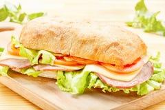 Μεγάλο σάντουιτς Ciabatta με το μπέϊκον, μαρούλι, ντομάτα, τυρί Στοκ φωτογραφίες με δικαίωμα ελεύθερης χρήσης