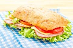 Μεγάλο σάντουιτς Ciabatta με το μπέϊκον, μαρούλι, ντομάτα, τυρί Στοκ εικόνες με δικαίωμα ελεύθερης χρήσης