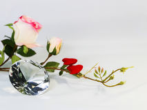 Μεγάλο σαφές κρύσταλλο μορφής διαμαντιών με τα τριαντάφυλλα, έννοια για Valentin Στοκ εικόνα με δικαίωμα ελεύθερης χρήσης