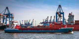 Μεγάλο σκάφος εμπορευματοκιβωτίων και ένα τερματικό εμπορευματοκιβωτίων Στοκ Φωτογραφίες