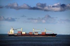 Μεγάλο σκάφος εμπορευματοκιβωτίων στη Βόρεια Θάλασσα κάτω από έναν νεφελώδη μπλε ουρανό, γ Στοκ φωτογραφία με δικαίωμα ελεύθερης χρήσης