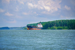 Μεγάλο σκάφος εμπορευματοκιβωτίων στο δέλτα Δούναβη Στοκ Εικόνες