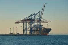 Μεγάλο σκάφος εμπορευματοκιβωτίων στο λιμένα της Οδησσός στοκ εικόνες