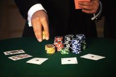 Μεγάλο στοίχημα στο παιχνίδι πόκερ στοκ εικόνα με δικαίωμα ελεύθερης χρήσης
