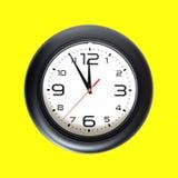 Μεγάλο στρογγυλό ρολόι τοίχων που απομονώνεται στην κίτρινη κινηματογράφηση σε πρώτο πλάνο Στοκ εικόνα με δικαίωμα ελεύθερης χρήσης
