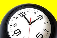 Μεγάλο στρογγυλό ρολόι τοίχων που απομονώνεται στην κίτρινη κινηματογράφηση σε πρώτο πλάνο Στοκ Εικόνα