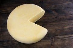 Μεγάλο στρογγυλό τυρί Στοκ Φωτογραφίες