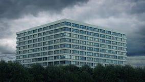 Μεγάλο σύγχρονο κτήριο με τη διάβαση σύννεφων απόθεμα βίντεο