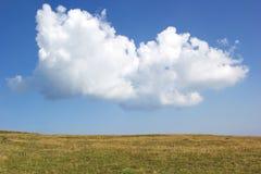 Μεγάλο σύννεφο πέρα από την πεδιάδα στη θερινή ημέρα Στοκ φωτογραφία με δικαίωμα ελεύθερης χρήσης