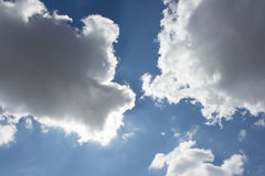 Μεγάλο σύννεφο στο μπλε ουρανό Στοκ Εικόνες