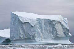 Μεγάλο τετραγωνικό παγόβουνο τον ανταρκτικό χειμώνα Στοκ εικόνα με δικαίωμα ελεύθερης χρήσης