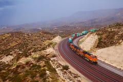 Μεγάλο τραίνο που περνά μέσω της καμπύλης Στοκ Φωτογραφίες