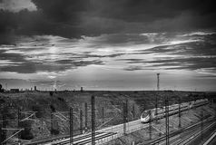 Μεγάλο τραίνο aproaching ο σταθμός στο σούρουπο Στοκ Εικόνα