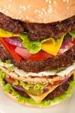 Μεγάλο τριπλό Cheeseburger Στοκ Φωτογραφίες