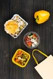 Μεγάλο υγιές cutlet που βρίσκεται στο κιβώτιο με το μαγειρευμένο ρύζι Στοκ Εικόνα