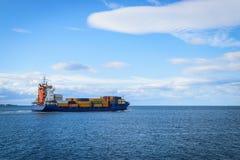 Μεγάλο φορτηγό πλοίο που πλέει με τη θάλασσα Στοκ Εικόνες