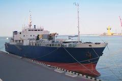 Μεγάλο φορτηγό πλοίο στην αποβάθρα στο θαλάσσιο λιμένα Στοκ φωτογραφία με δικαίωμα ελεύθερης χρήσης