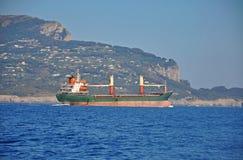 Μεγάλο φορτηγό πλοίο στο υπόβαθρο της ακτής Σορέντο και του s Στοκ εικόνα με δικαίωμα ελεύθερης χρήσης