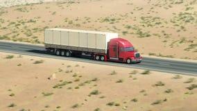 Μεγάλο φορτηγό σε μια εθνική οδό διανυσματική απεικόνιση