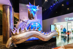 Μεγάλο φωτισμένο γλυπτό του ζωηρόχρωμου κινεζικού μαργαριταριού εκμετάλλευσης δράκων στα νύχια του στην πόλη των WI ξενοδοχείων σ Στοκ Εικόνα