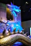 Μεγάλο φωτισμένο γλυπτό του ζωηρόχρωμου κινεζικού μαργαριταριού εκμετάλλευσης δράκων στα νύχια του στην πόλη των WI ξενοδοχείων σ Στοκ Φωτογραφίες