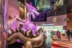 Μεγάλο φωτισμένο γλυπτό του ζωηρόχρωμου κινεζικού μαργαριταριού εκμετάλλευσης δράκων στα νύχια του στην πόλη του θερέτρου του Μακ Στοκ φωτογραφία με δικαίωμα ελεύθερης χρήσης